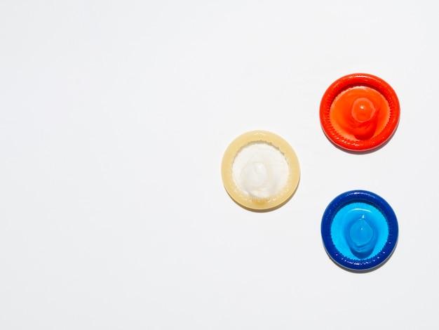 Powyżej widok nieopakowanych prezerwatyw na białym tle Darmowe Zdjęcia