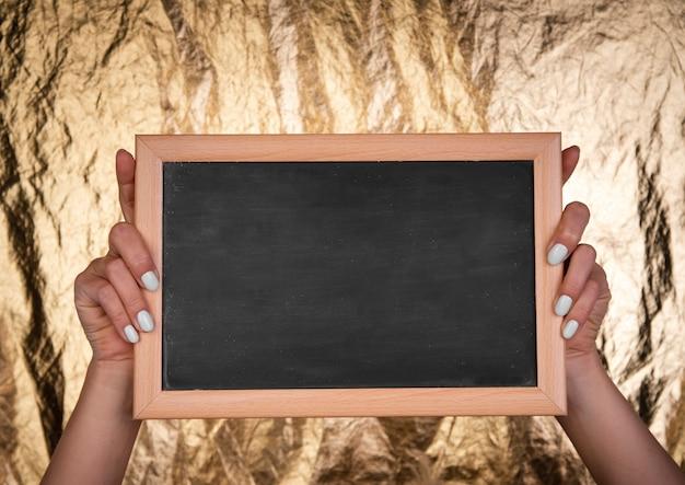 Pozioma makieta tablicy trzymana w ręku Darmowe Zdjęcia