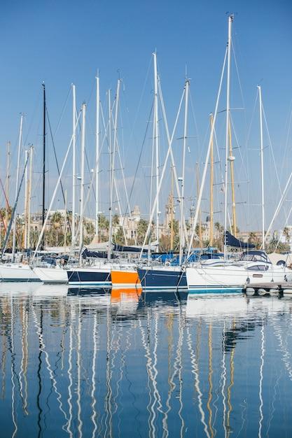 Poziome Zdjęcie Luksusowych I Efektownych Jachtów I żaglówek Zacumowanych Lub Zaparkowanych W Porcie Marina W Barcelonie, Hiszpania Darmowe Zdjęcia