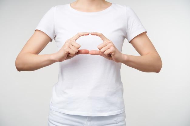 Poziome Zdjęcie Młodej Kobiety Nauki Języka Migowego, Co Elipsy Palcami, Pokazując Słowo Szkoła, Odizolowane Na Białym Tle Darmowe Zdjęcia
