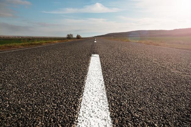 Poziomy obraz długiej prostej pustej autostrady Premium Zdjęcia