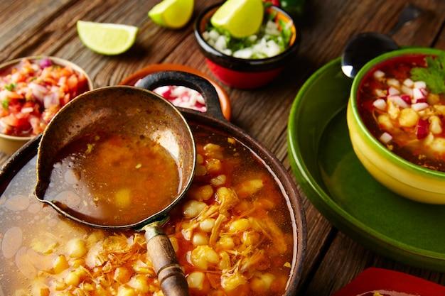 Pozole z mote big gulasz kukurydziany z meksyku w garnek do gotowania Premium Zdjęcia