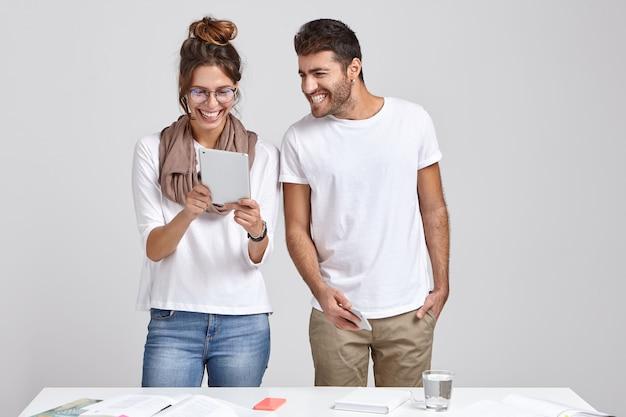 Pozytywna Kobieta I Mężczyzna Oglądać Wideo Na Cyfrowym Tablecie Darmowe Zdjęcia