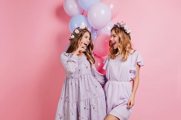 Pozytywna Kobieta W Długiej Fioletowej Sukience żartuje Z Siostrą Na Imprezie Darmowe Zdjęcia
