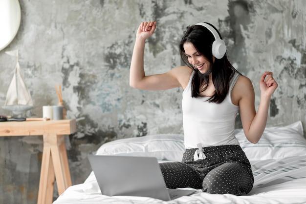 Pozytywna Młoda Kobieta Cieszy Się Słuchać Muzyka Darmowe Zdjęcia