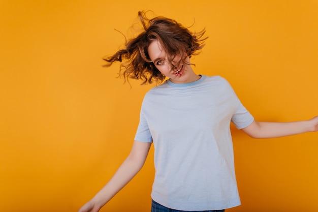 Pozytywna Młoda Kobieta Z Modną Fryzurą Taniec W Niebieskiej Koszulce Darmowe Zdjęcia