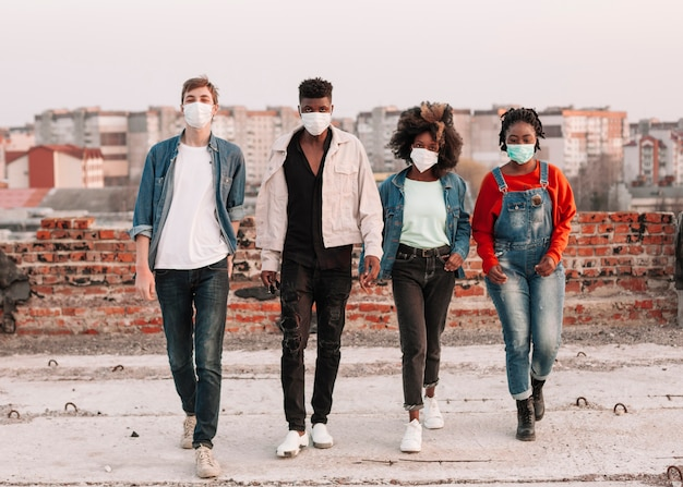 Pozytywne Nastolatki Spędzające Czas Z Maskami Medycznymi Darmowe Zdjęcia