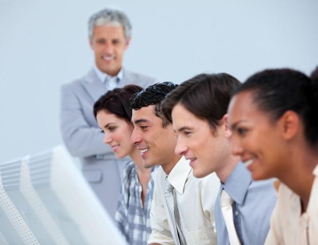 Pozytywni Ludzie Biznesu Z Ich Kierownikiem Wyższego Szczebla Premium Zdjęcia
