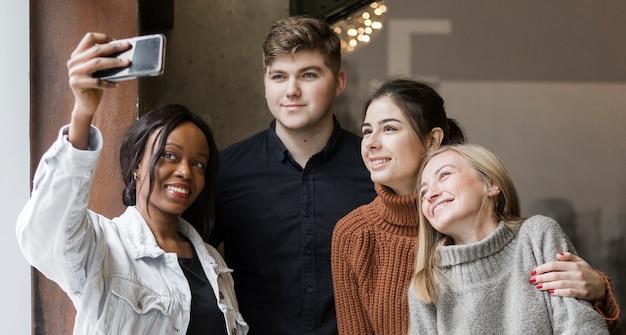 Pozytywni Młodzi Ludzie Bierze Selfie Wpólnie Darmowe Zdjęcia