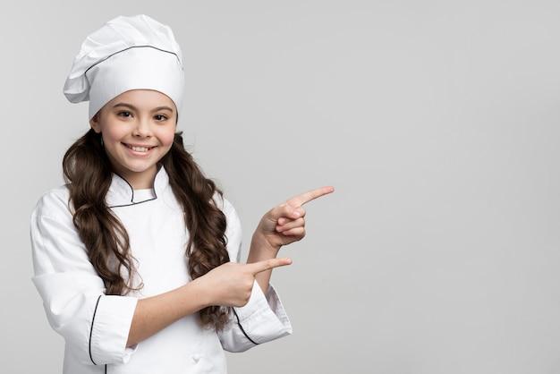 Pozytywny Młody Szef Kuchni Ono Uśmiecha Się Z Kopii Przestrzenią Darmowe Zdjęcia
