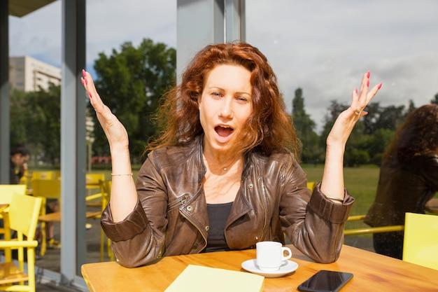 Pozytywny Szokujący Kobiety Obsiadanie W Plenerowym Sklep Z Kawą Darmowe Zdjęcia