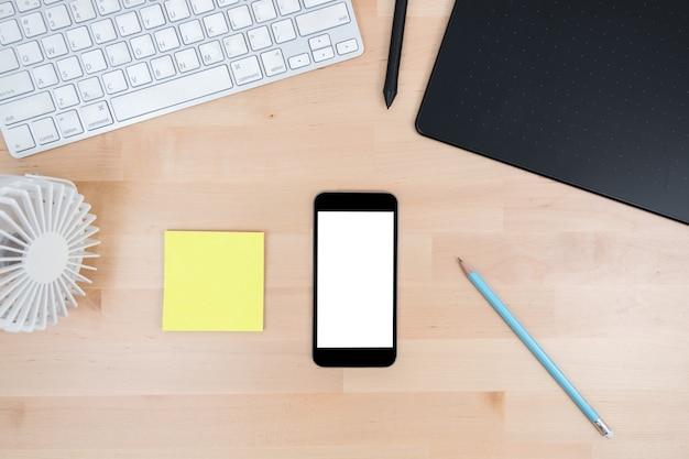 Praca Biurowa Drewniany Stół Z Smartphone Makiety. Premium Zdjęcia