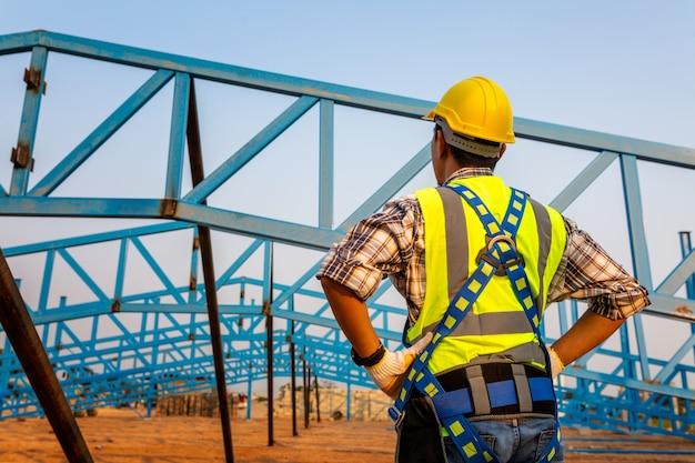 Praca Na Wysokości Sprzętu Na Budowie. Urządzenie Zabezpieczające Przed Upadkiem Dla Pracownika Z Haczykami Do Uprzęży Ochronnej Na Selektywnej Ostrości. Premium Zdjęcia