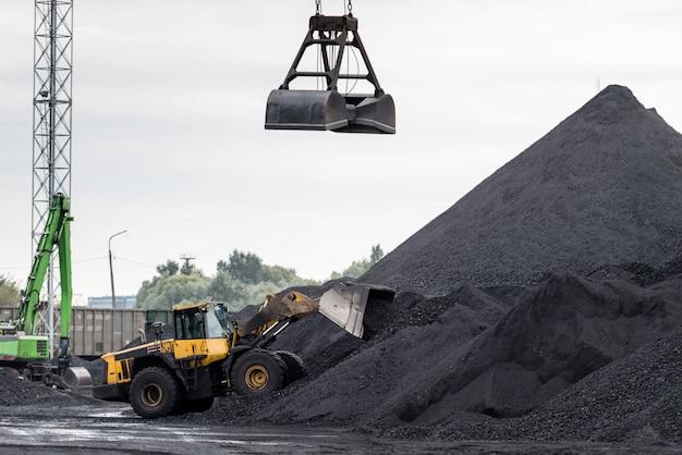 Praca w portowym terminalu przeładunkowym węgla Premium Zdjęcia