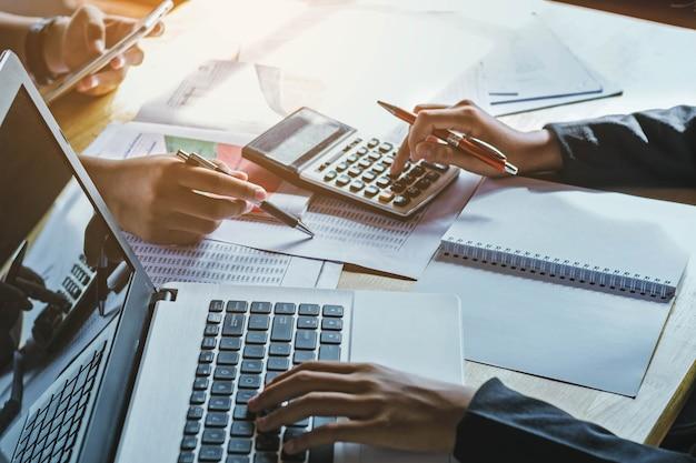 Praca Zespołowa Biznes Kobieta Rachunkowości Pojęcie Finansowe W Biurze Premium Zdjęcia
