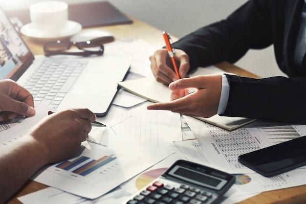 Praca zespołowa biznesowa kobieta pracuje na biurku w biurowym księgowości pojęciu pieniężnym Premium Zdjęcia