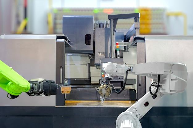 Praca Zespołowa Robotyki Przemysłowej Przy Pracy Z Tokarką Cnc W Inteligentnej Fabryce Premium Zdjęcia