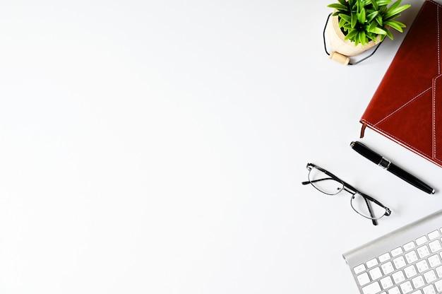 Pracować z laptopem i kaktusowym copyspace na stołowym tle odgórny widok Premium Zdjęcia