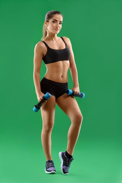 Pracowniana Fotografia Piękna Młoda Sprawności Fizycznej Kobieta W Trening Odzieży Premium Zdjęcia
