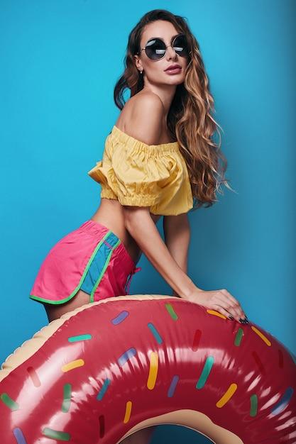 Pracowniany jaskrawy lato mody portret stylowa piękna kobieta Premium Zdjęcia