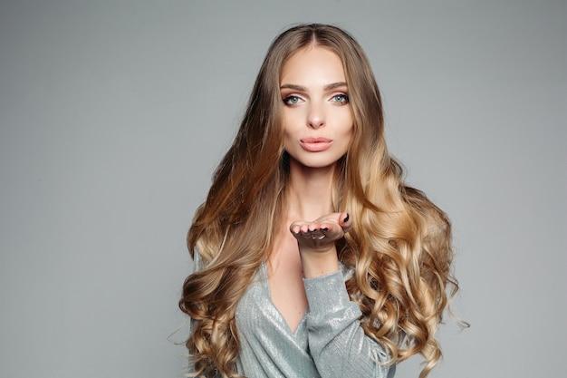 Pracowniany portret atrakcyjna blond kobieta z długimi gęstymi włosy Premium Zdjęcia