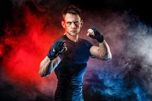 Pracowniany portret walczący mięśniowy mężczyzna Premium Zdjęcia