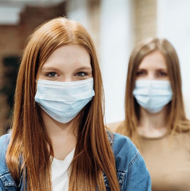 Pracownice Noszące Maski Medyczne W Pracy Darmowe Zdjęcia