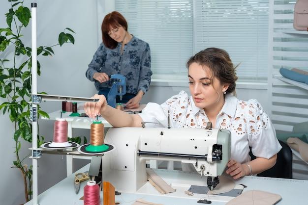 Pracownicy Atelier Pracują W Swoich Miejscach Pracy Premium Zdjęcia