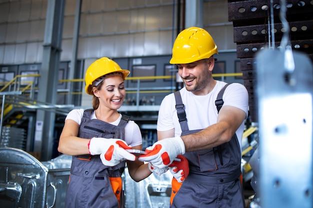Pracownicy Fabryki Pracujący Razem W Przemysłowej Linii Do Produkcji Metalu Darmowe Zdjęcia