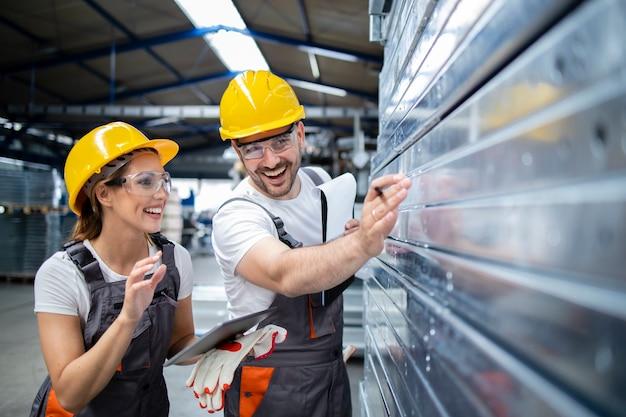 Pracownicy Fabryki Sprawdzający Jakość Wyrobów Metalowych W Zakładzie Produkcyjnym Darmowe Zdjęcia