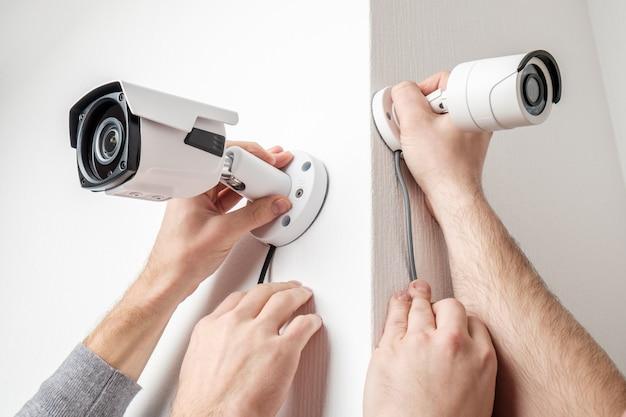 Pracownicy Instalujący Kamery Wideo Na ścianach Premium Zdjęcia