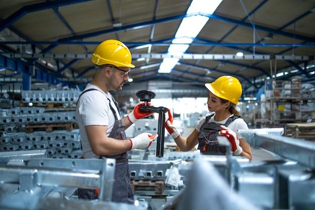 Pracownicy Sprawdzający Części Wyprodukowane W Fabryce Darmowe Zdjęcia