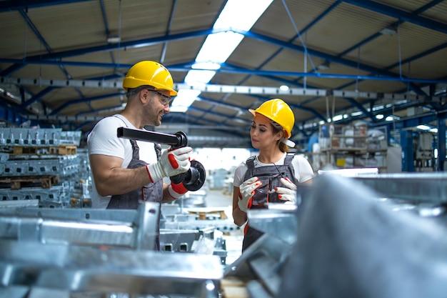 Pracownicy Sprawdzający Jakość Produkowanych W Fabryce Części Metalowych Darmowe Zdjęcia
