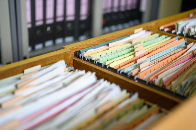Pracownicy Zarządzają Dokumentami W Biurze. Premium Zdjęcia