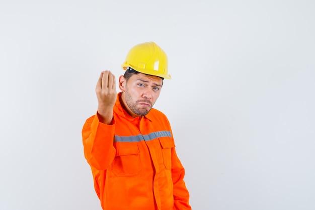 Pracownik Budowlany Robi Włoski Gest, Niezadowolony Z Głupiego Pytania W Mundurze, Kasku, Widok Z Przodu. Darmowe Zdjęcia