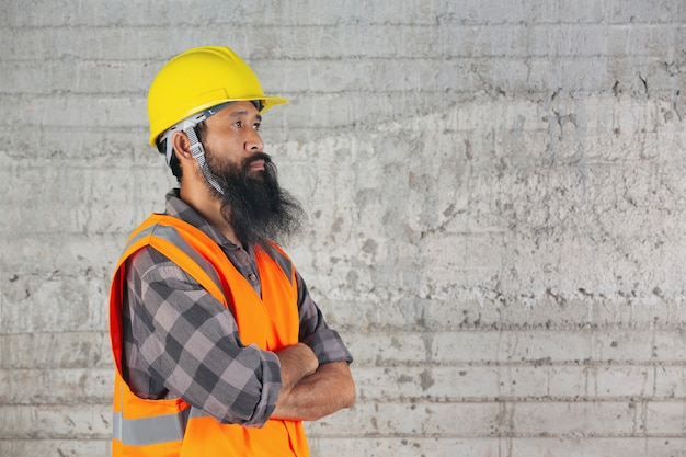Pracownik Budowlany Stoi W środku I Czuje Walkę O Pracę Na Budowie. Darmowe Zdjęcia