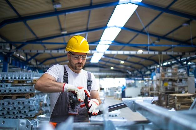 Pracownik Fabryki Pracujący W Przemysłowej Hali Produkcyjnej Darmowe Zdjęcia