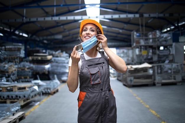 Pracownik Fabryki Zakładający Higieniczną Maskę Na Twarz W Celu Ochrony Przed Wysoce Zaraźliwym Wirusem Koronowym Darmowe Zdjęcia