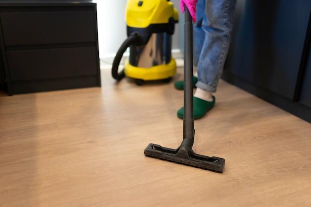Pracownik Firmy Sprzątającej Sprząta Dom Premium Zdjęcia