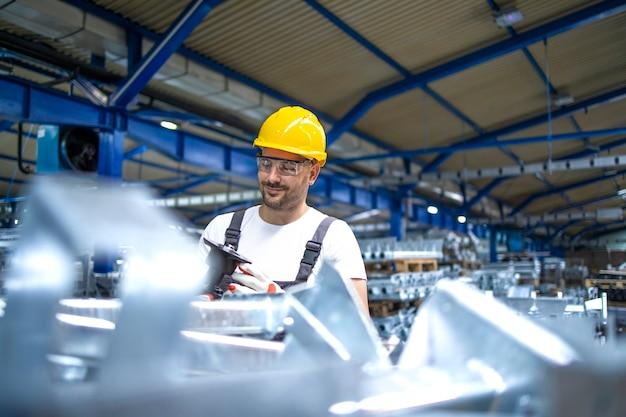 Pracownik Linii Produkcyjnej Pracujący W Fabryce Darmowe Zdjęcia