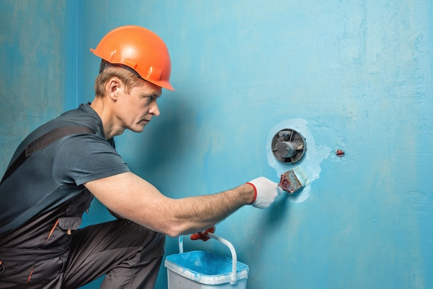 Pracownik Nakładający Farbę Hydroizolacyjną Na ścianę W łazience Premium Zdjęcia