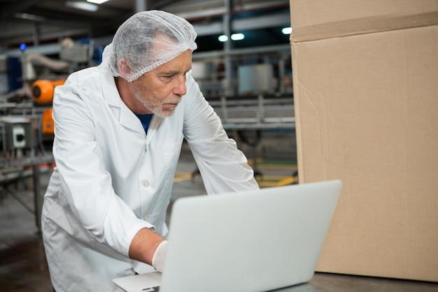 Pracownik Płci Męskiej Za Pomocą Laptopa W Fabryce Zimnych Napojów Darmowe Zdjęcia