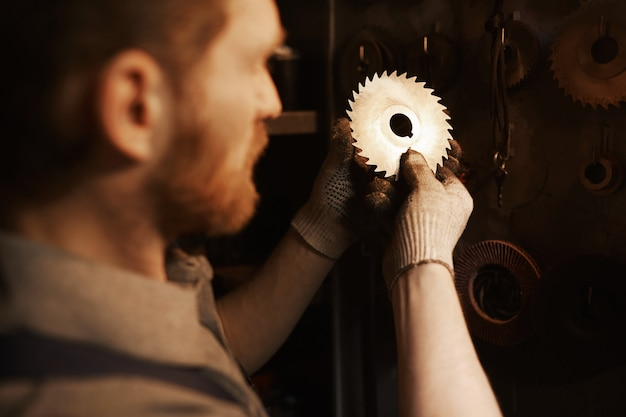 Pracownik Pracuje Z Metalowymi Szczegółami Premium Zdjęcia