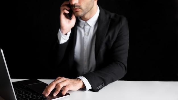 Pracownik W Biurze Przy Użyciu Notebooka I Smartfona Darmowe Zdjęcia