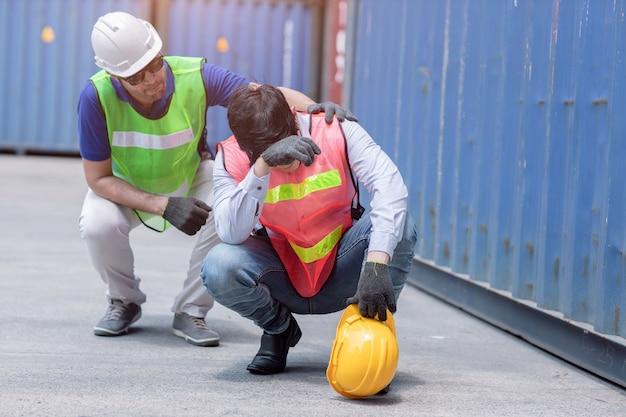 Pracownik Zmęczony, Smutny Ze Stresu Po Ciężkiej Pracy Przy Wsparciu Przyjaciół. Premium Zdjęcia