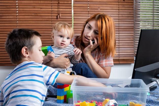 Pracuj W Domu Z Małymi Dziećmi Premium Zdjęcia