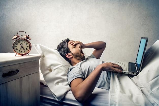 Pracuję Wcześnie Rano W łóżku Premium Zdjęcia