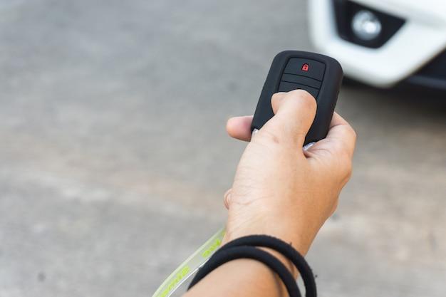 Prasy ręczne dla kobiet na systemy zdalnego sterowania samochodami. bezpieczna koncepcja. Premium Zdjęcia