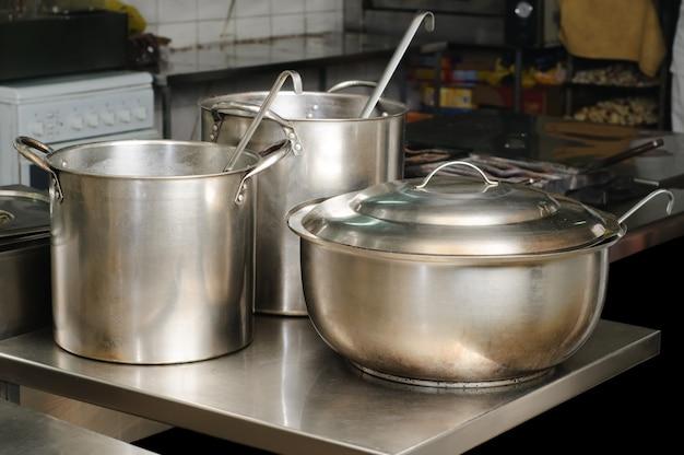 Prawdziwa Kuchnia Używana W Restauracji, Trzy Garnki, Selektywne Skupienie Premium Zdjęcia