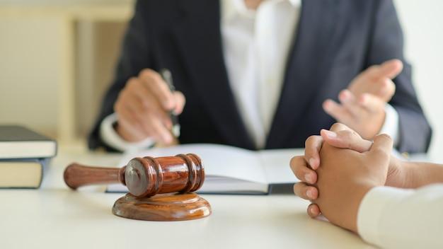 Prawnicy Udzielają Porad Prawnych Klientom. Premium Zdjęcia